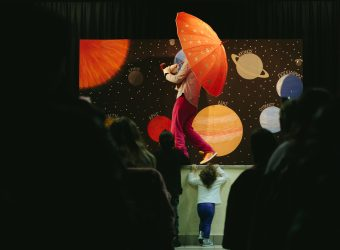 «Το μαγικό δώρο»: Η διαδραστική παράσταση που ταξιδεύει τα παιδιά στα αστέρια και στους πλανήτες!