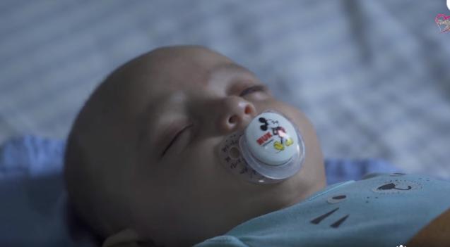Ο μικρός Χρήστος Ραφαήλ έκανε επέμβαση στα μάτια και στέλνει μήνυμα ελπίδας