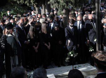 Κηδεία Φώφης Γεννηματά: Τα τελευταία λευκά και κόκκινα τριαντάφυλλα από τον σύζυγο και τα παιδιά της (video)