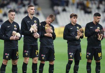 Λιώσαμε! Οι παίκτες της ΑΕΚ μπήκαν αγκαλιά με αδέσποτα σκυλάκια στο γήπεδο για ένα σπουδαίο λόγο