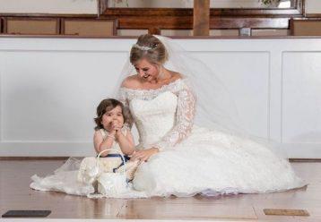 3χρονη που επέζησε από καρκίνο έγινε παρανυφάκι στον γάμο της γυναίκας που της έσωσε τη ζωή