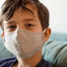 """Λιώσαμε: Μαθητής φορά μάσκα στη σχολική φωτογράφιση γιατί """"ακούω πάντα τη μαμά μου"""""""