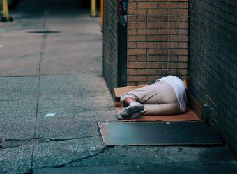 «Ξημερώματα Τρίτης. Mια έφηβη κοπέλα εντοπίζεται να κοιμάται στο πεζοδρόμιο...»