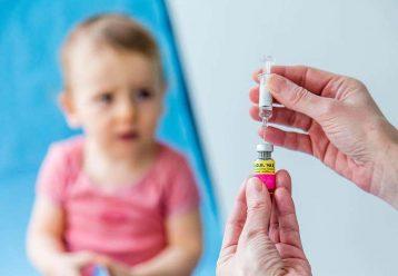 Πήγαν τα μικρά παιδιά τους για εμβόλιο γρίπης και τους έκαναν του κορωνοϊού: Τι επιπλοκές παρουσίασαν