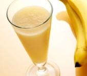 Ούφ, σκάσαμε… ας φτιάξουμε δροσιστικά μιλκ σέικ μπανάνας!